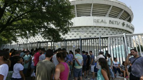 40,000 signed up! Queues outside the stadium (image from sevilla.abc.es - Raúl Doblado)